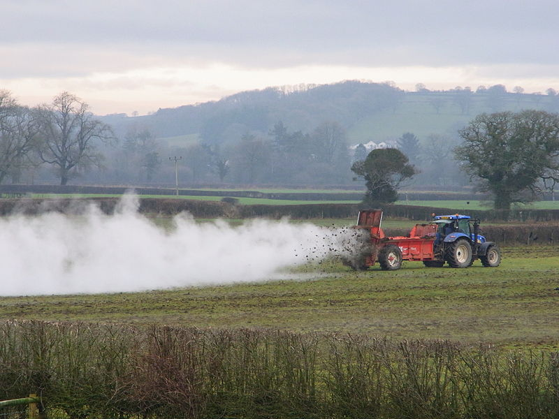 Muck Spreading Typicca Farm foto by  George Causley cc 2.0